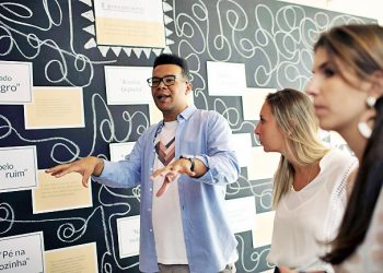 Esteban Cipriano, in charge of education programs at the anti-racism group ID_BR, talks to employees of the fashion brand Maria Filo in Rio de Janeiro, Brazil, on November 17, 2017. Brazil promotes itself as a harmonious blend of races but the reality as the country celebrates Black Awareness Day shows that the darker your skin, the less chance of getting ahead. / AFP PHOTO / LEO CORREA